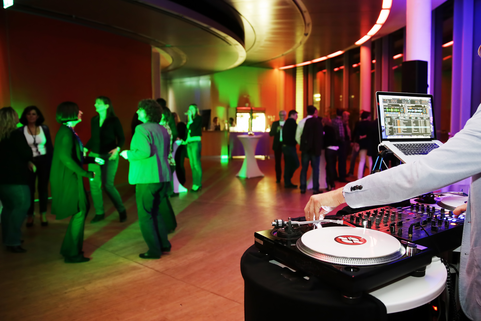 Veranstaltungstechnik für Privatfeier mit DJ Beschallungsanlage und Lichttechnik