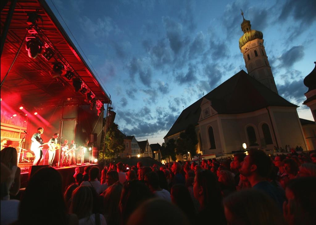 Veranstaltungstechnik für ein Konzert auf der Bühne vor dem Rathaus